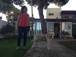Muriel con arnés rosa junto a Ana, las dos vistas de perfil