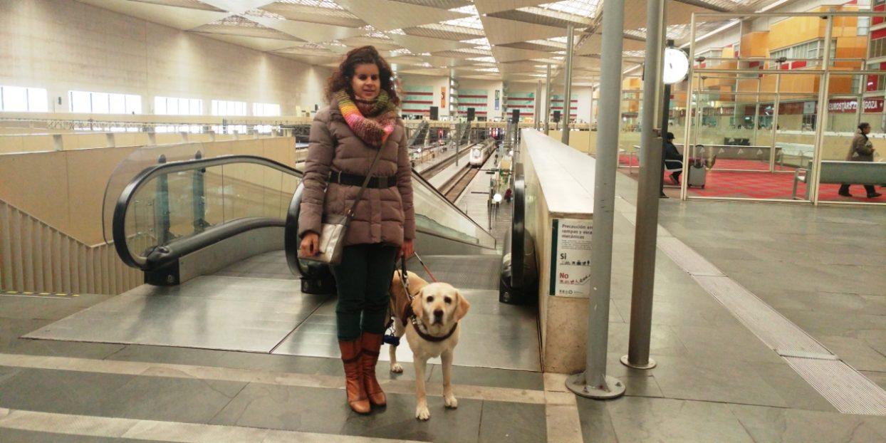 Ana y Muriel en una estación de tren